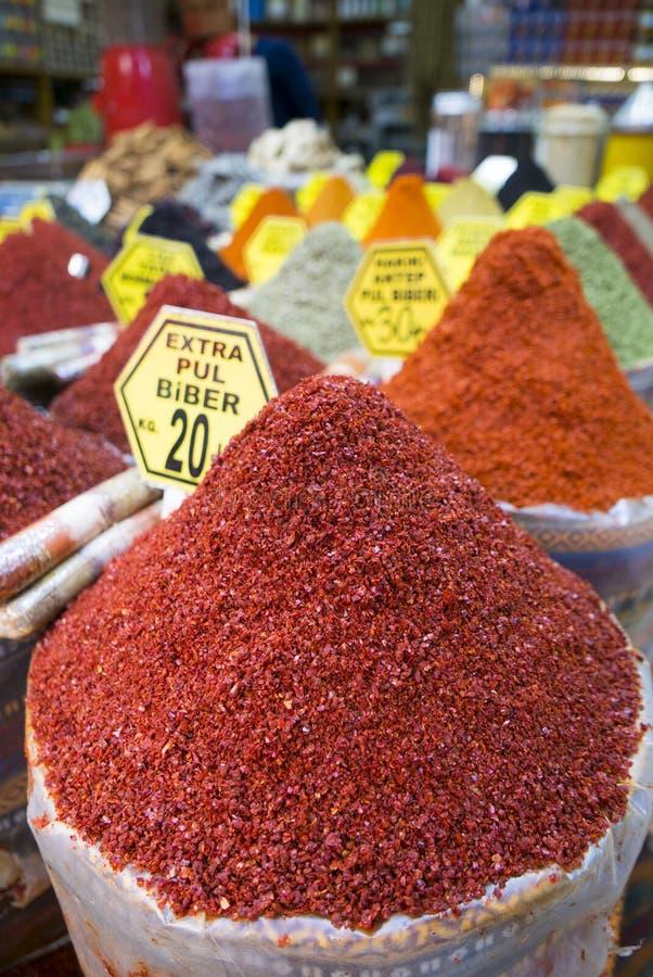 Diverse types van droge kruiden en kruiden op verkoop bij Kruidbazaar in Istanboel stock fotografie