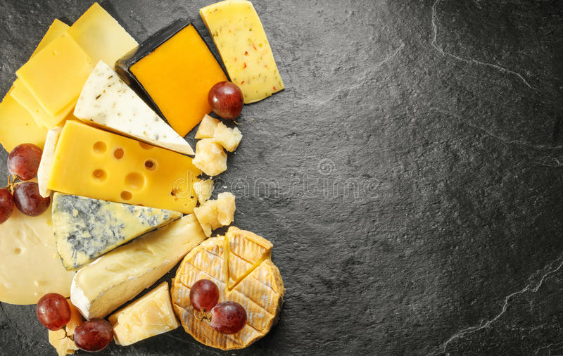 Diverse types van kaas met lege ruimteachtergrond royalty-vrije stock foto's