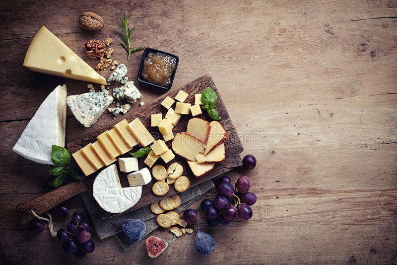 Diverse Types van Kaas op een Houten Achtergrond royalty-vrije stock afbeelding