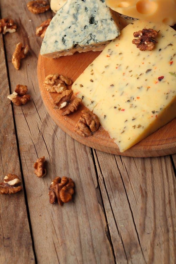 Diverse types van kaas op houten raad Chessnut De ruimte van het exemplaar royalty-vrije stock fotografie