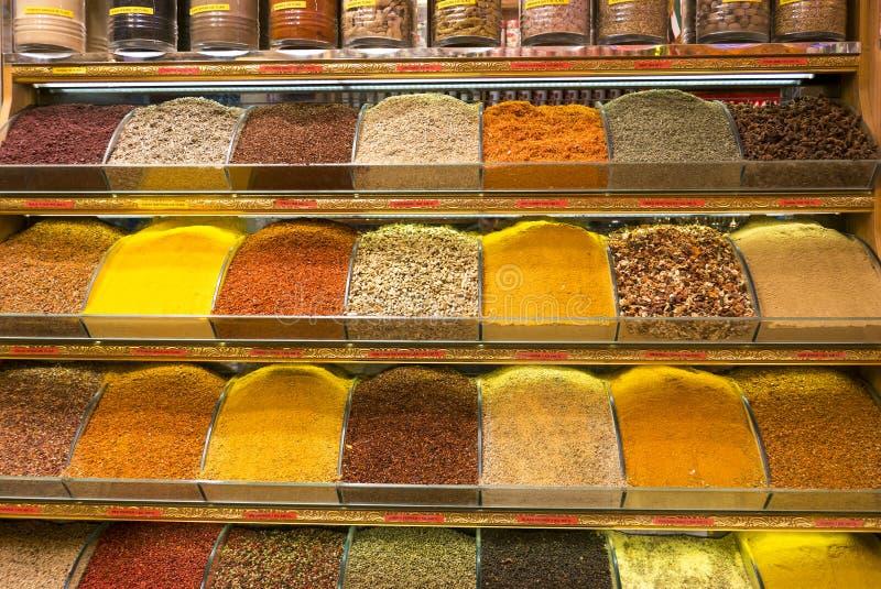 Diverse Types van Kruiden op Vertoning binnen Kruidbazaar in Istanboel royalty-vrije stock afbeelding