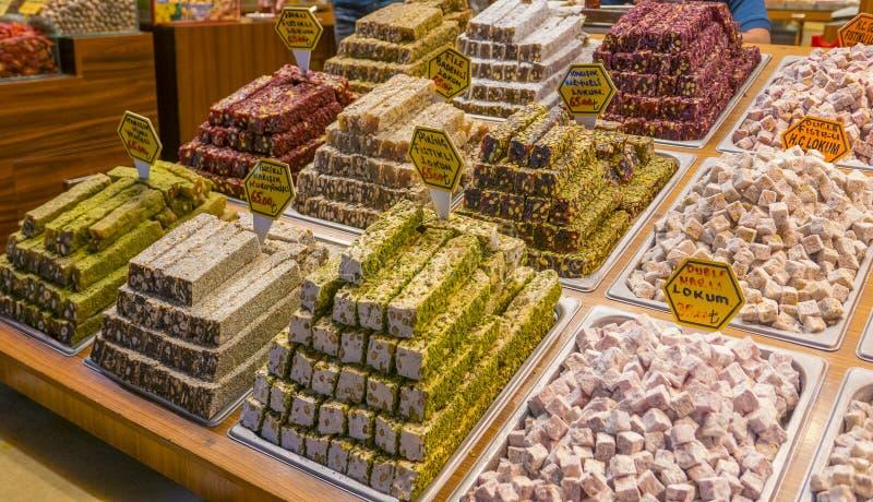 Diverse types van lokumsnoepjes op verkoop bij Turkse Grote Bazaar in Istanboel royalty-vrije stock foto's