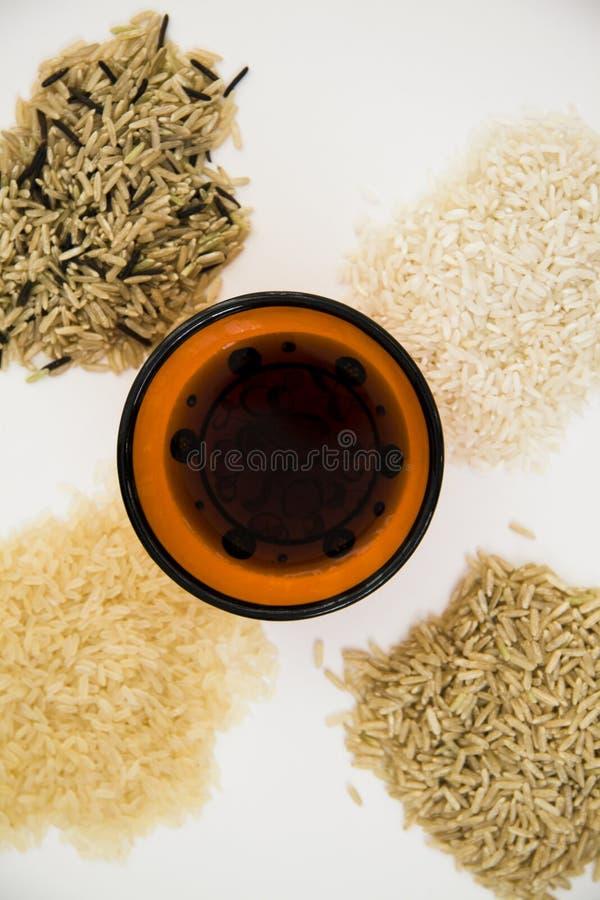 Diverse types van rijst met soja op wit stock foto