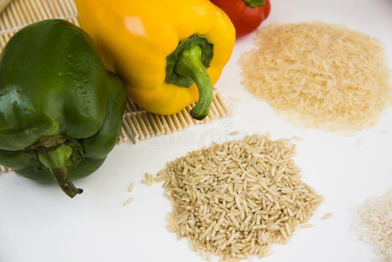 Diverse types van rijst met verse paprika royalty-vrije stock afbeeldingen