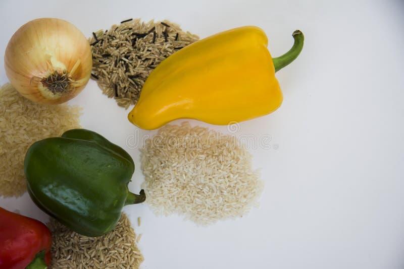 Diverse types van rijst met verse paprika met exemplaarruimte voor tekst stock foto