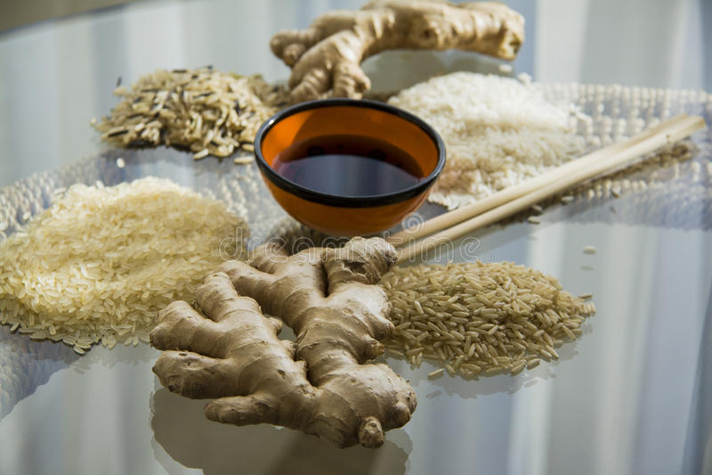 Diverse types van rijst op glaslijst royalty-vrije stock foto's
