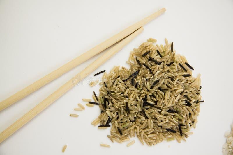Diverse types van rijst op wit close-up met exemplaarruimte voor informatie stock afbeeldingen