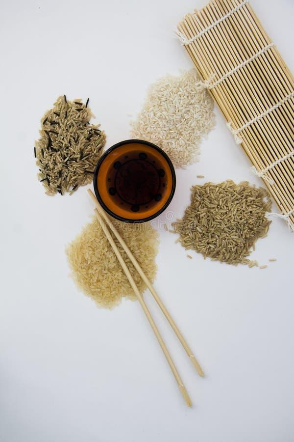Diverse types van rijst op wit close-up met exemplaarruimte voor informatie royalty-vrije stock foto's