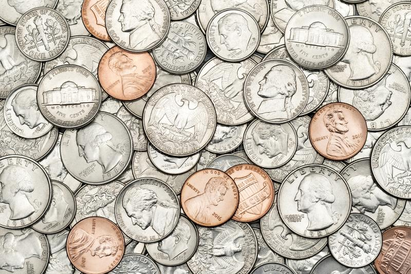 Diverse V.S., Amerikaanse muntstukken voor zaken, geld, financiële conceptenachtergrond Stapel van Gouden muntstuk, zilveren munt royalty-vrije stock afbeeldingen