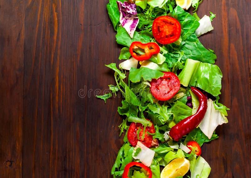 Diverse vegetarische ingrediënten in Aziatische Stijl op houten achtergrond Natuurvoedingachtergrond van Sla Het Italiaanse Koken stock afbeeldingen