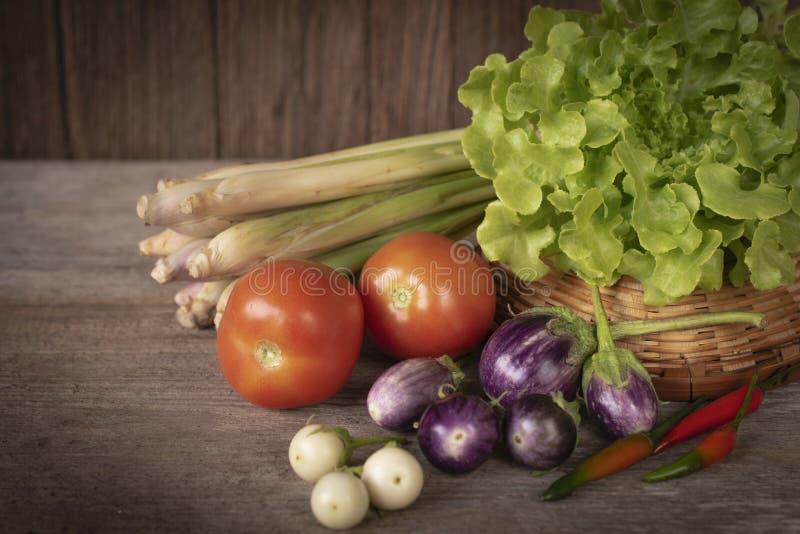 Diverse verse, jonge inlandse groenten, tomaat, citroengras, Spaanse pepers, sla, Aubergineplaats op een houten lijst stock afbeeldingen