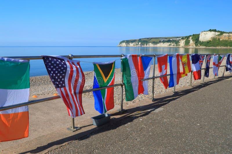 Diverse vlaggen op het strand stock afbeeldingen