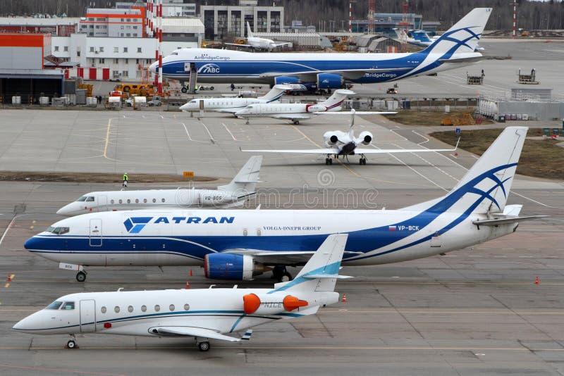 Diverse vliegtuigen die zich bij Sheremetyevo internationale luchthaven bevinden stock afbeelding