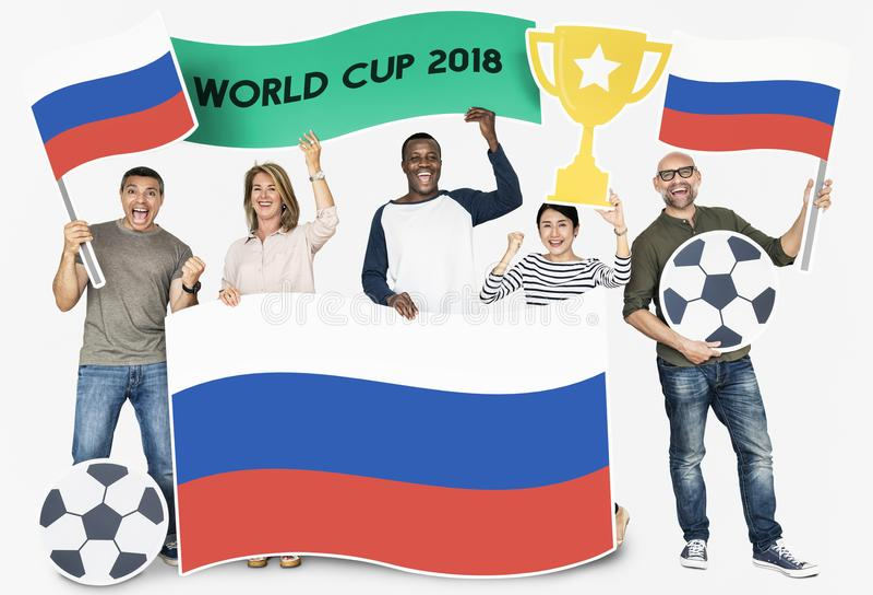Diverse voetbalventilators die de vlag Rusland houden stock foto's
