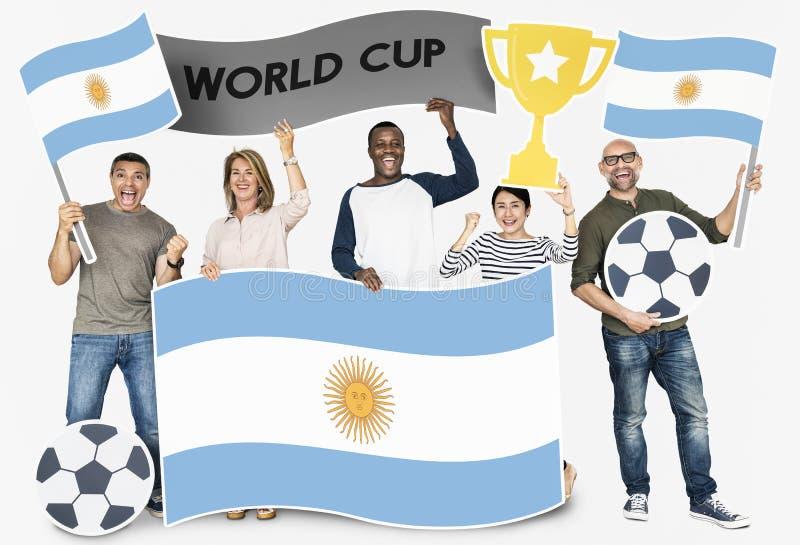 Diverse voetbalventilators die de vlag van Argentinië houden royalty-vrije stock afbeeldingen