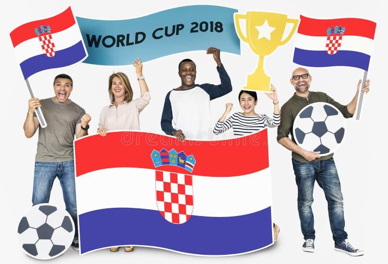 Diverse voetbalventilators die de vlag van Kroatië houden royalty-vrije stock afbeelding