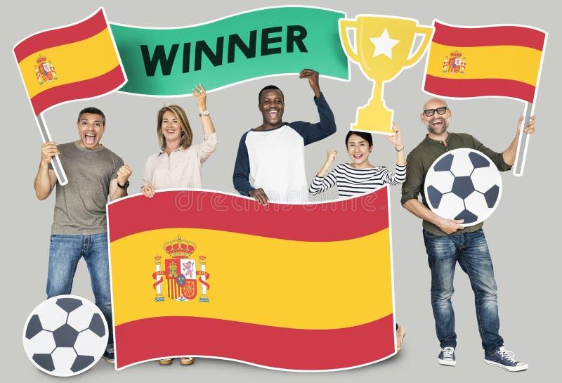 Diverse voetbalventilators die de vlag van Spanje houden stock afbeelding