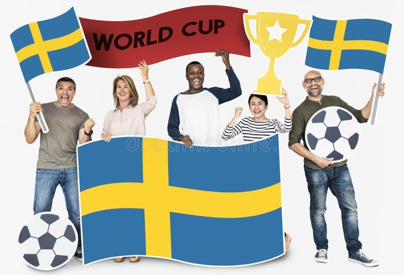 Diverse voetbalventilators die de vlag van Zweden houden royalty-vrije stock foto