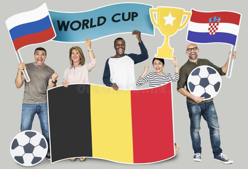 Diverse voetbalventilators die de vlaggen van België, Kroatië en Rusland houden royalty-vrije stock fotografie