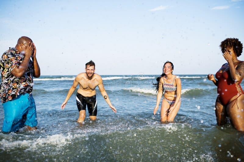 Diverse vrienden die pret hebben bij het strand royalty-vrije stock fotografie