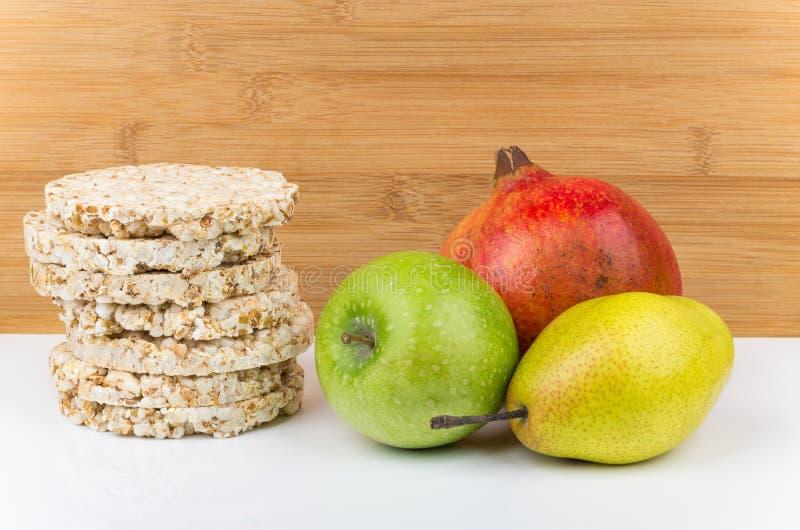 Diverse vruchten en stapel van knapperig graanbrood royalty-vrije stock foto's