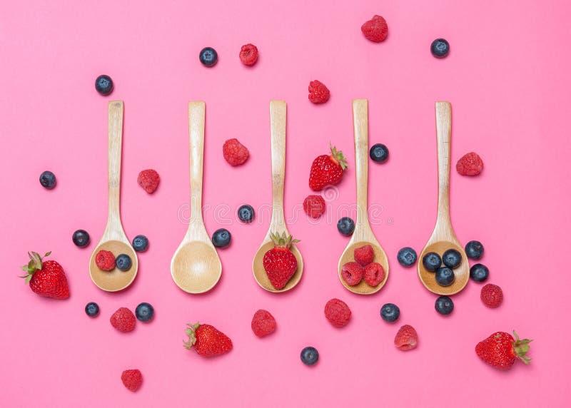 Diverse vruchten op roze karton luchtmening royalty-vrije stock foto