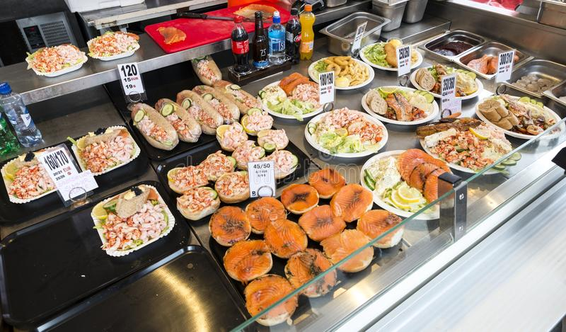 Diverse zeevruchten op de planken van de vissenmarkt in Bergen in N royalty-vrije stock afbeeldingen