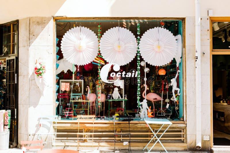 Diversehandel och fönsterskärmar på en gata i Stockholm royaltyfri foto