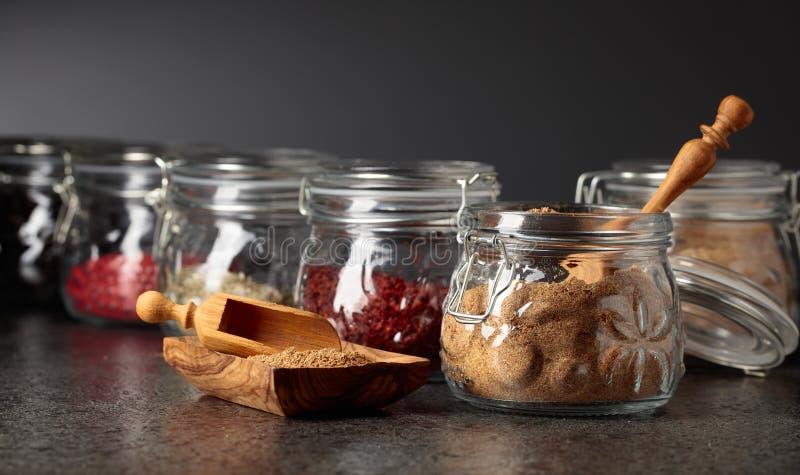 Diverses épices et herbes orientales dans des pots en verre photos libres de droits