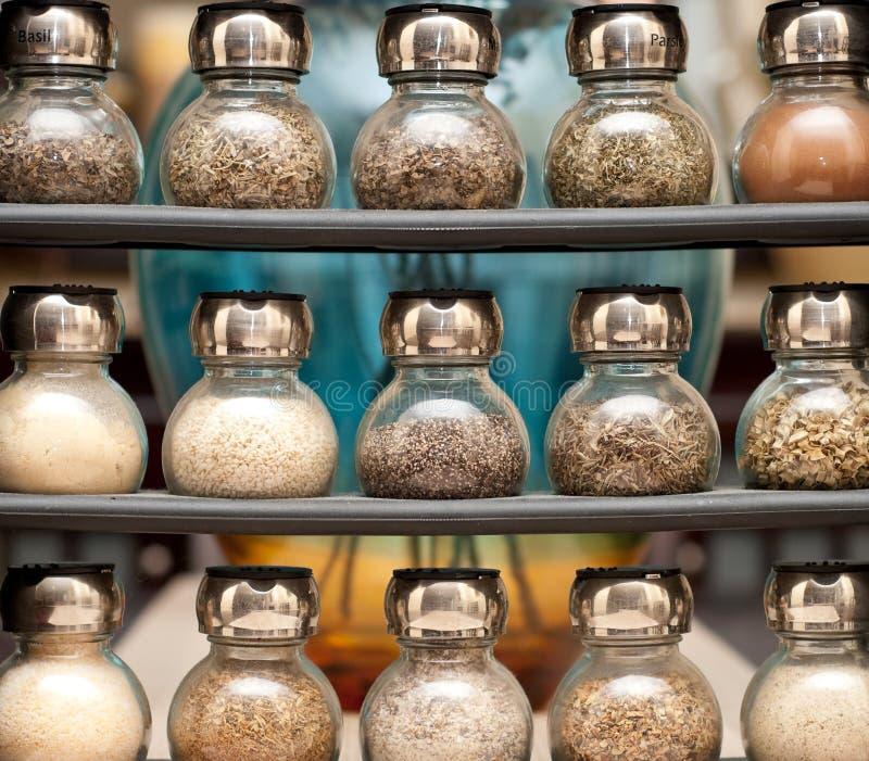 Diverses épices sur l'armoire en bois photos stock