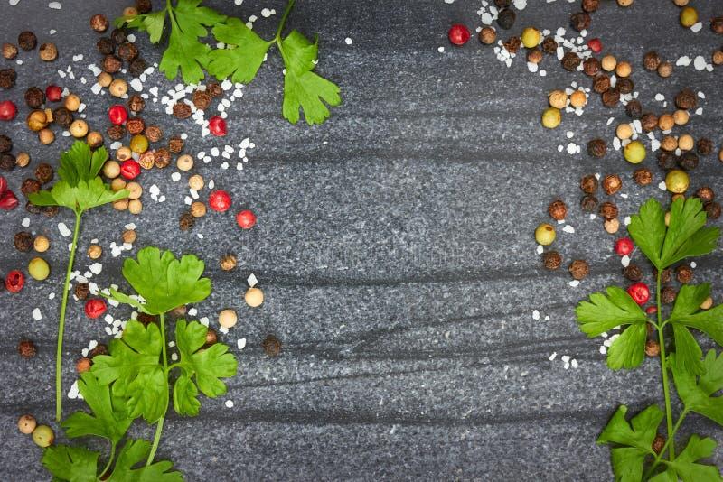 Diverses épices sur le fond en pierre noir images libres de droits
