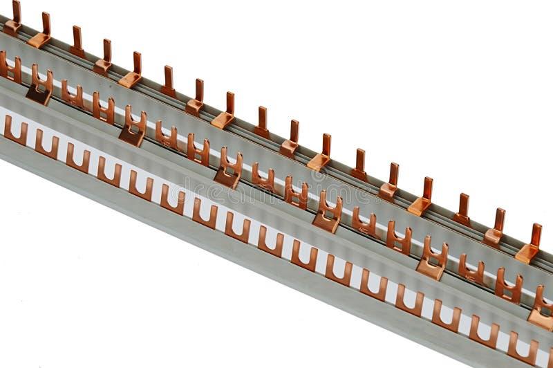 Diverses barres se reliantes de câblage avec les connecteurs en laiton de diverses formes, base en plastique, beckground blanc image libre de droits