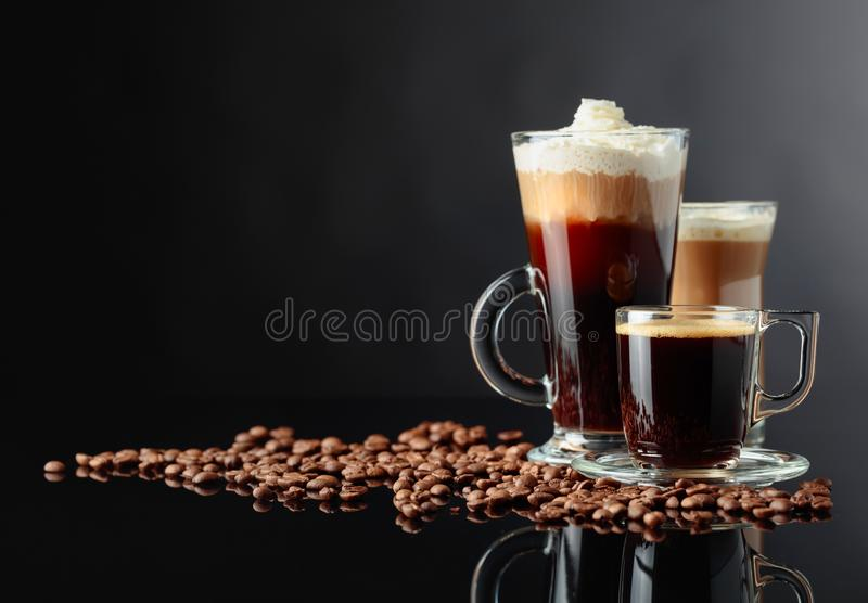 Diverses boissons de café sur un fond noir image stock