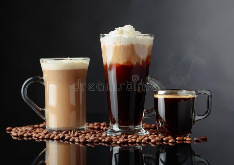 Diverses boissons de café sur un fond noir photographie stock libre de droits