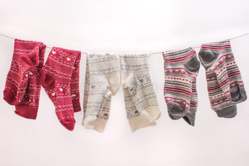 Diverses chaussettes colorées sur un fil images stock