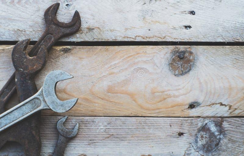 Diverses clés de taille, clés sur le fond en bois photographie stock libre de droits