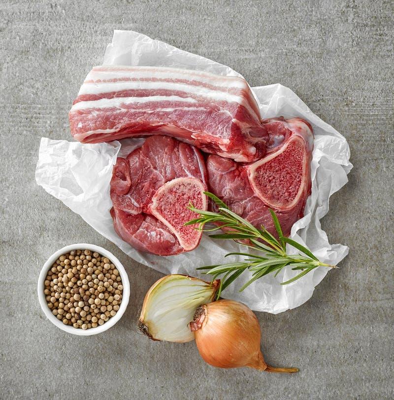 Diverses coupes et épices de viande crue image stock