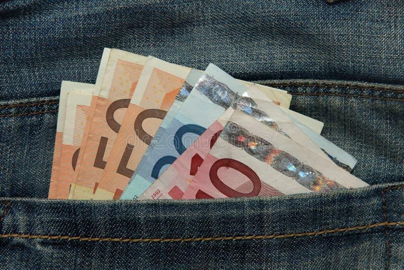 Diverses euro notes dans la poche de jeans photos stock
