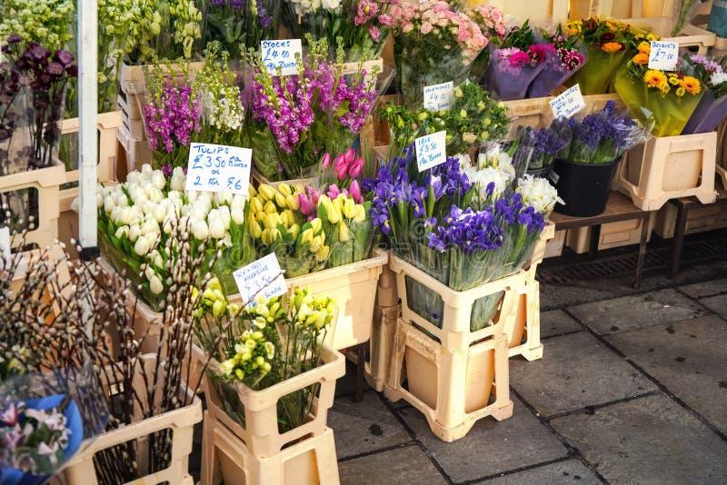 Diverses fleurs sur l'affichage à la stalle de fleur de rue sur le marché de Londres, bouquets montrés à l'intérieur des boîtes e images libres de droits