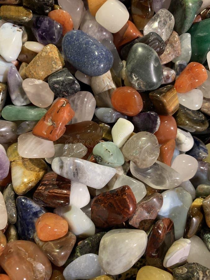 Diverses gemmes multicolores L'oeil du tigre, améthyste, quartz rose, aventurine, jadéite, topaze, opale noire, pierre de la lune images stock