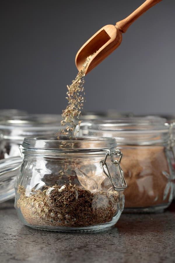 Diverses ?pices et herbes orientales dans des pots en verre photo stock