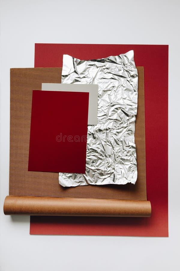 diverses textures de papier blanc, d'aluminium et de carton sur le fond gris photographie stock