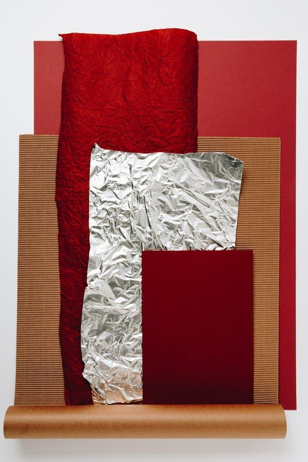 diverses textures de papier, d'aluminium et de carton sur le fond gris photographie stock libre de droits