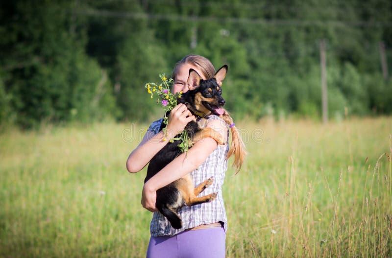 Diversión, adolescencia y perro del aire libre imagen de archivo