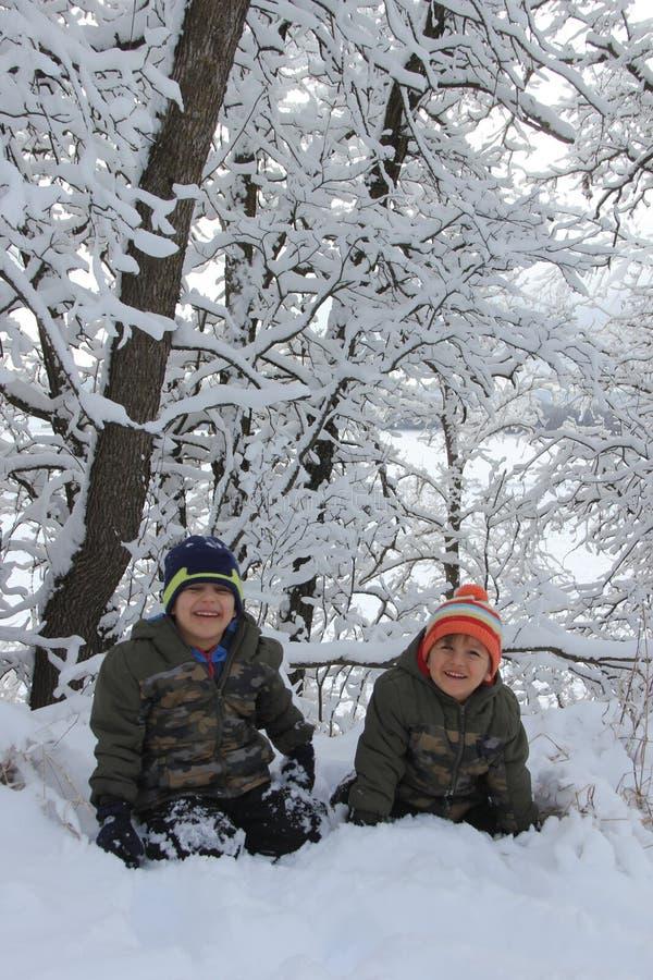 Diversión de la familia en la nieve de Manitoba foto de archivo