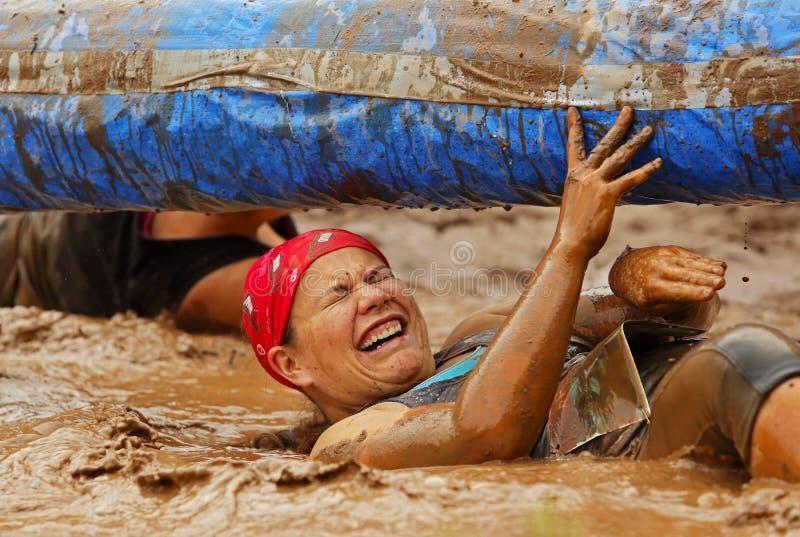 Diversión de la mujer del funcionamiento del fango mojada imagen de archivo