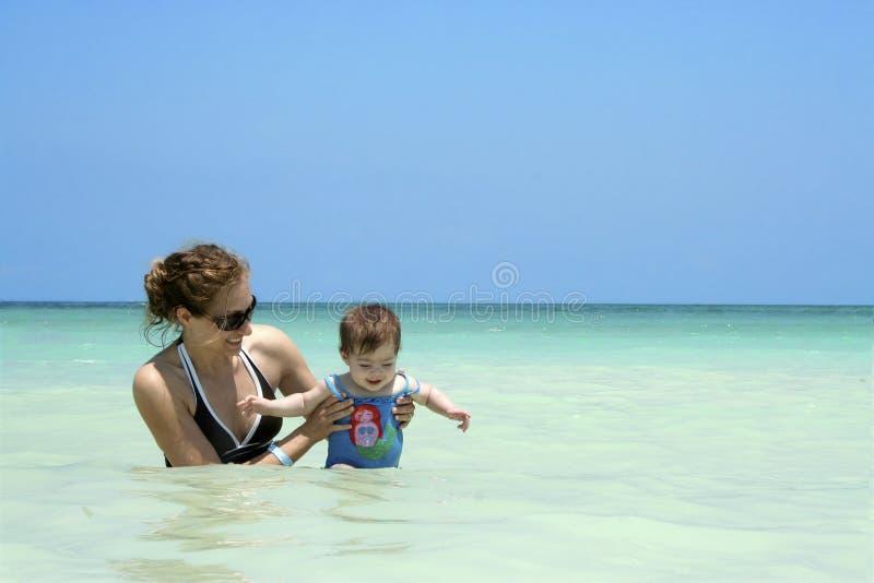 Diversión de la playa de la familia imagenes de archivo