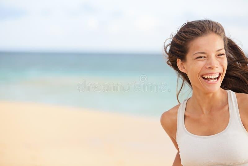Diversión de la playa - primer de funcionamiento de la mujer con el espacio de la copia foto de archivo libre de regalías