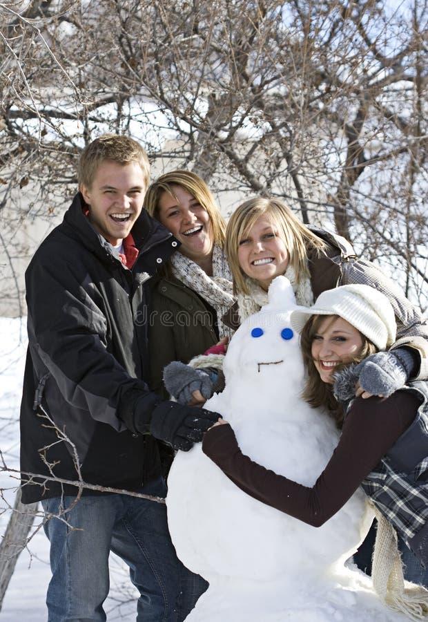 Diversión del día de la nieve con el muñeco de nieve imagenes de archivo