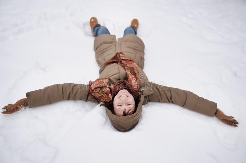 Diversión del invierno - ángel de la nieve foto de archivo libre de regalías
